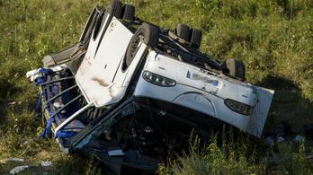 Árokba hajtott egy kisbusz a 2-es főúton, 13-an megsérültek