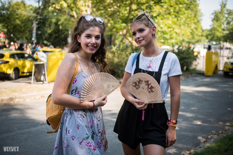 Két lány, két legyezővel, ezek hagyományosnak tűnnek és fából készültek