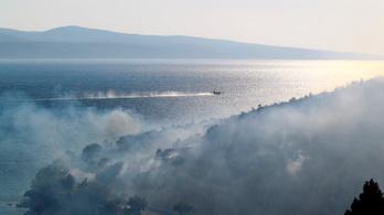 Két tűzoltókocsi is szénné égett a horvátországi tűzben