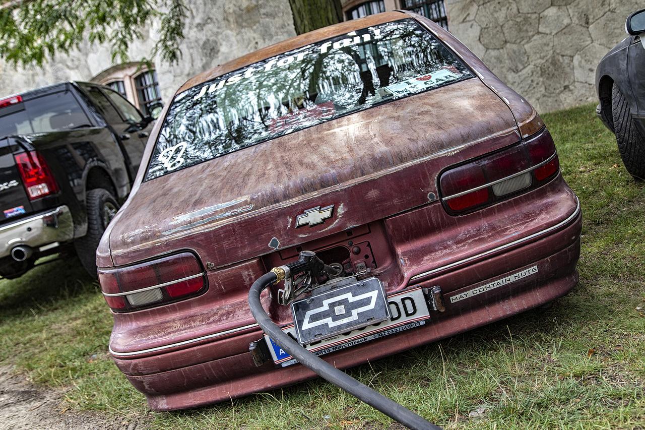 A patkány stílus nem megy ki a divatból, remekül bizonyítja ezt ez a Chevrolet Caprice is, amely vicces installációjával úgy néz ki, mintha tulajdonosa fizetés nélkül, sebtében távozott volna a benzinkútról, magával rántva a töltőcsövet is