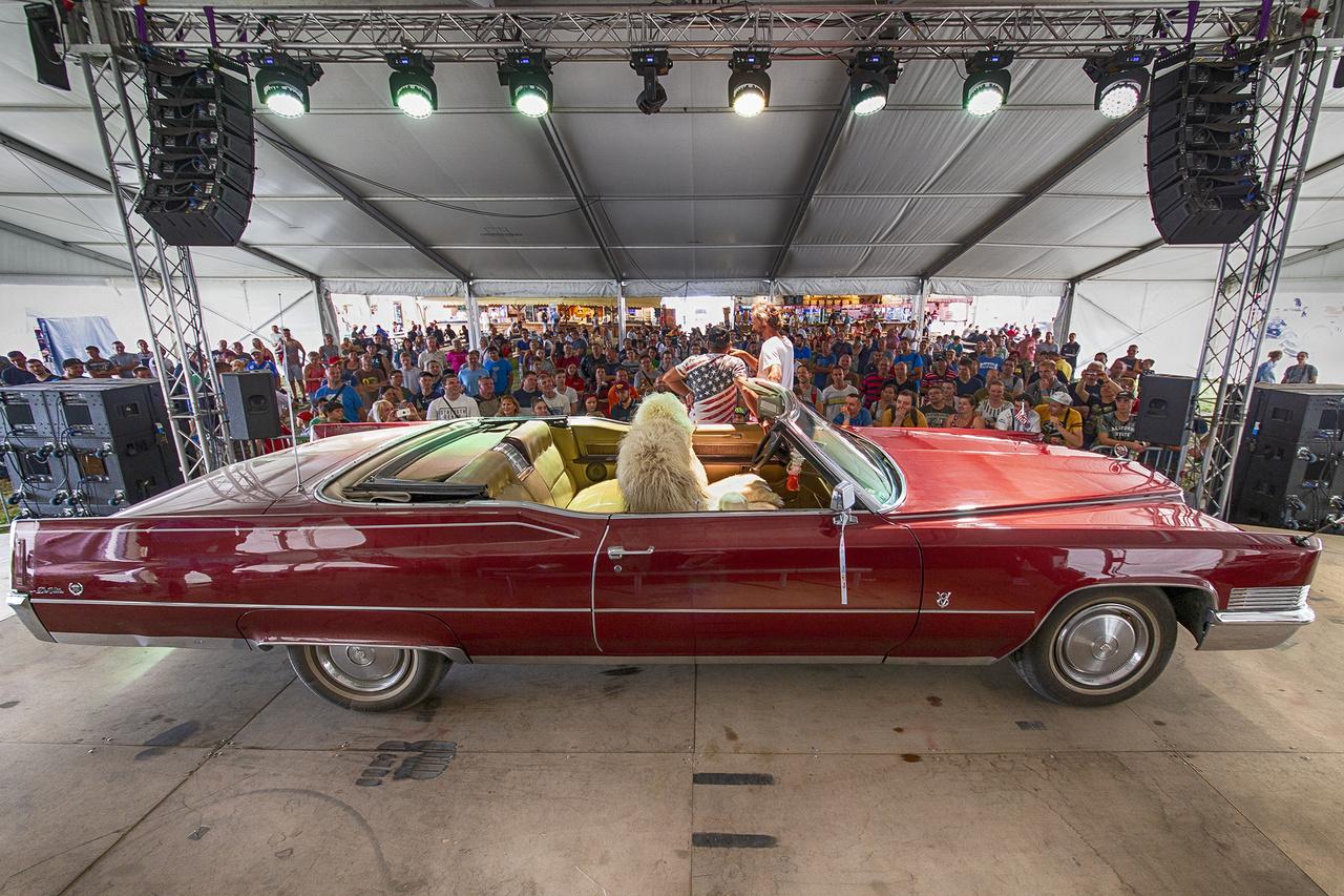 Az Amerikai Autóklub kissé szabadszájú alelnöke éppen a közönségnek mesél Cadillackjéről, illetve arról, mennyire keresett esküvői és filmes körökben a kenyérkereső kabriója, amit egyébként mindössze egy éve kaparintott meg. Pénteken a helyszínen is köttetett egy esküvő, ott is ez a csodálatos gép volt a főszereplők fuvarozója