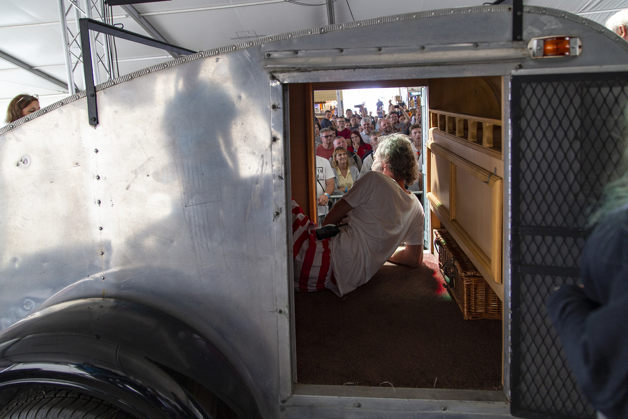 Buick Bandi, a műsorvezető éppen azt demonstrálja, mekkora hely van egy 1951-es, kis darabszámban, Texasban készült fekvő lakókocsiban