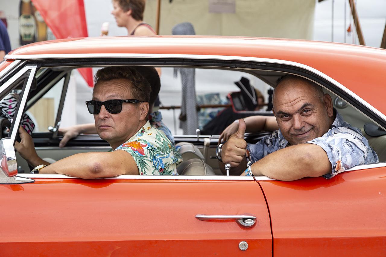 Mintha Quentin Tarantino örökbecsű Ponyvaregényéből léptek volna ki a szereplők, hogy pózoljanak egyet a kamerám előtt Komáromban