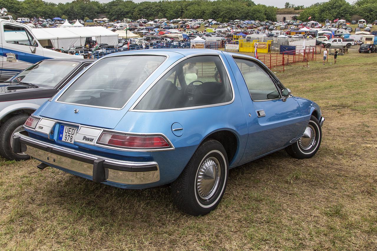 Ronda és finom. AMC Pacer, az első széles kisautó, mely mindössze öt évet élt meg. Tervezésénél fontosabb volt a belső méret a külsőnél. A túl sok előremutató dizájnelem, a biztonságra törekvésből fakadó túlsúly, illetve iszákos motorok hamar megpecsételték a kis-nagy autó sorsát. Élt 1975-től 1980-ig