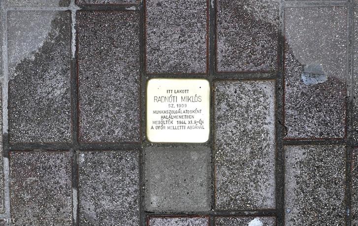 Botlatókő került Radnóti emlékére egy Pozsonyi úti ház elé