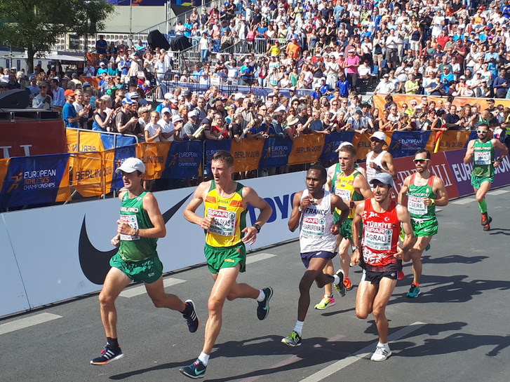 Csere Gáspár a berlini atlétika-Eb maratonján (jobbról a második)