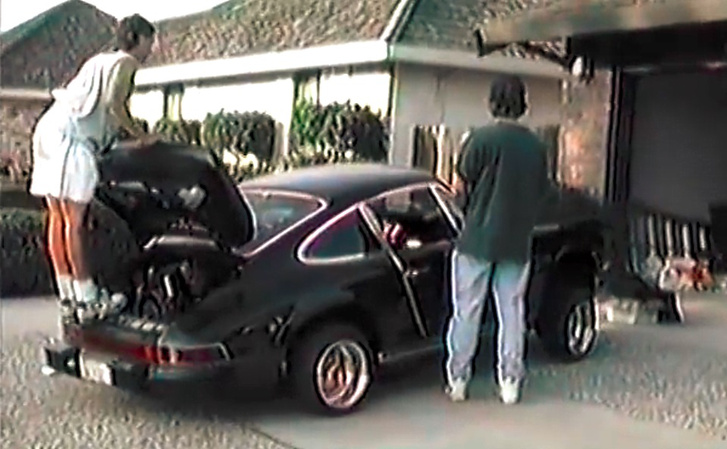 Ha a szárny gyanús is, és azt hiszi az ember, csak egy replikát látunk, a motortér látványa és a frizurák biztossá teszik: ez igazi Porsche, méghozzá filléres kocsi. Mert a kilenvcvenes évek elején ez csak egy öreg autó volt, nem gydrága gyűjtői darab