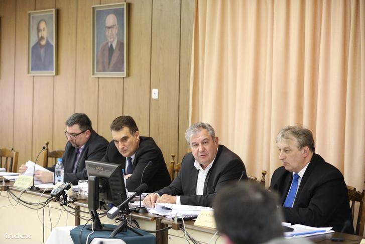 Dömsödi Gábor (j2) és a lemondott Pásztói képviselő-testület 2018 április 26-án.