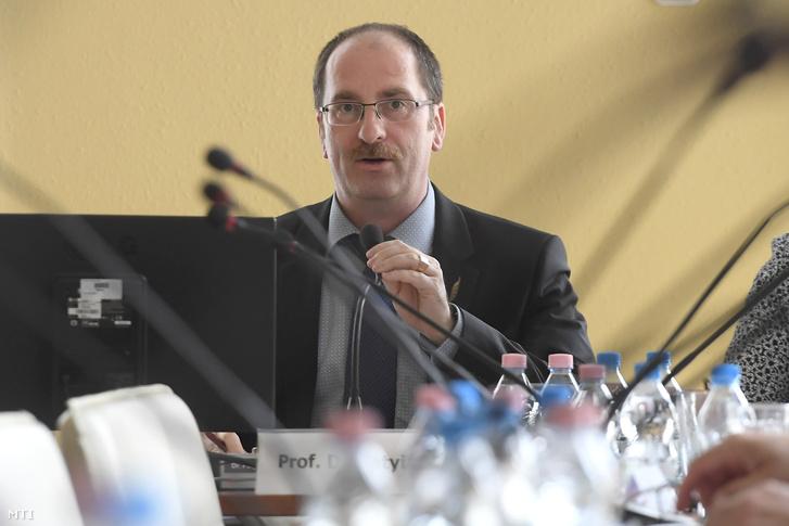 Patyi András a testület elnöke az Országos Választási Bizottság ülésén a Nemzeti Választási Iroda fővárosi székházában 2018. május 4-én.