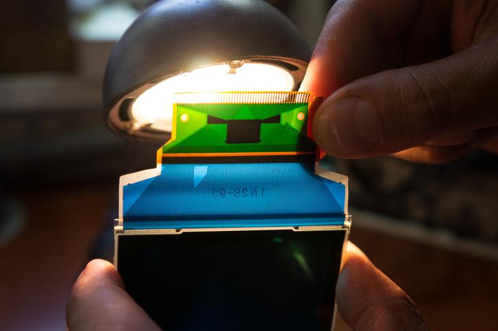 A vezetőszál fény alatt, felül integrált áramkör is van, ami nehezíti a javítást