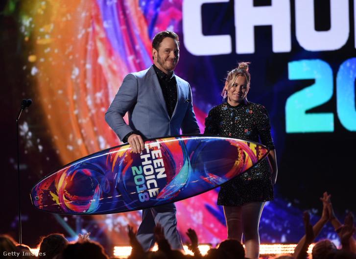 Chris Pratt a szörfdeszkával