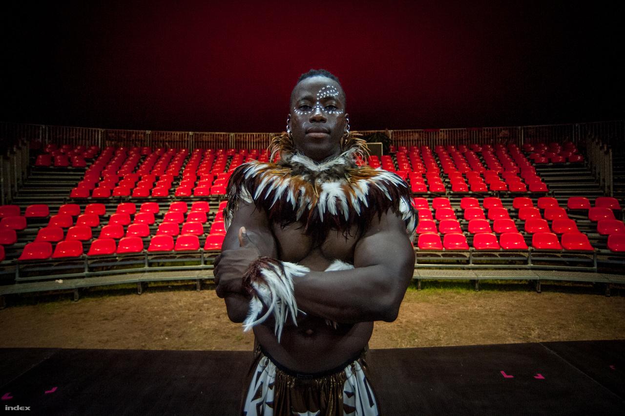 Yamoussa Bangoura először van a Szigeten, társulatával a Cirkusz sátorban adják elő az Afrique En Cirque című előadásukat, aminek ő a rendezője is. Ebben 8 akrobata ad elő egy olyan zenés-táncos műsort, amiben az afrikai tradíciókat keverik az amerikai cirkuszi elemekkel. Minden este óriási érdeklődés van a műsorra, örül, hogy ilyen sokan kíváncsiak rájuk. A fesztivál forgatag igazán lenyűgözte őt, reméli, hogy visszatérhet még.