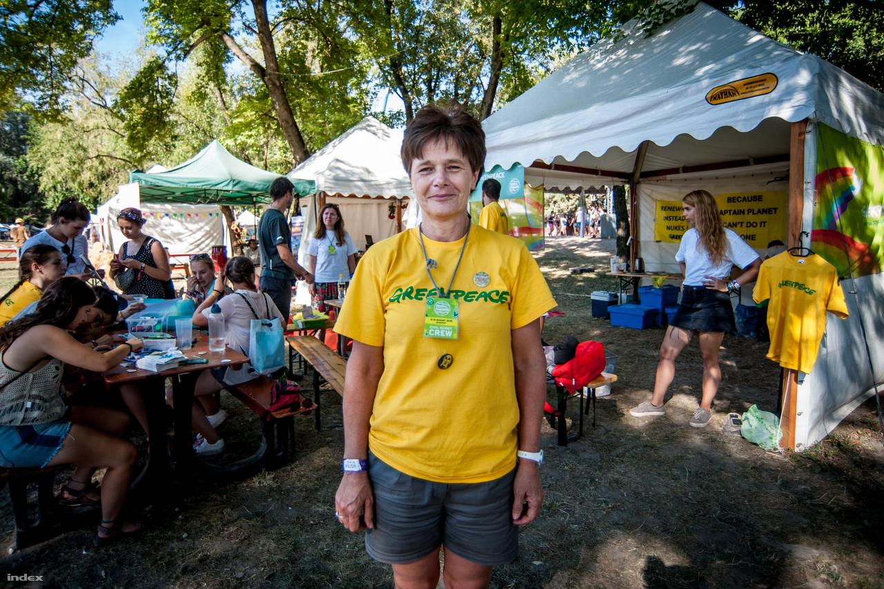Dr. Csengery Krisztina először vesz részt önkéntesként a Szigeten, látogatóként már ötször vagy hatszor járt a fesztiválon. Két napot tölt el a civil faluban és igyekszik minél több emberrel megismertetni a Green Peace céljait. Az érdeklődők kétharmada külföld, náluk saját kitűzőt lehet készíteni, illetve különböző játékokat lehet kipróbálni, amikért ajándékot kapnak. Dua Lipára nagyon kíváncsi volt, illetve azt sajnálta, hogy az Ivan and The Parazol fellépésére nem tudott elmenni.
