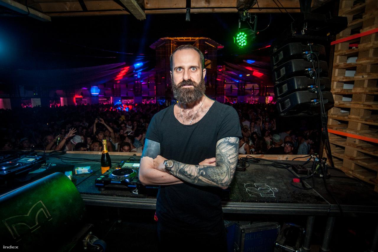 Kraft Gábor nem is tudta pontosan megmondani, hogy hanyadik Szigetén van már,. Eleinte a Party Arénában, de mióta van Colosseum, azóta ott csinálja a bulikat. Egyébként is szokott más hazai és külföldi fesztiválokon techno bulikat csinálni. A Szigeten azért szeret játszani, mert itt nagyon nyitott a közönség, könnyű  DJ-ként kibontakozni és lehet nekik nyugodtan eklektikus szetteket játszani, mindig valami mással kiegészíteni a technót. Nincs külön favoritja az idei felhozatalból, de ahogy mondja a Szigetben pont az a legjobb, hogyha elindul az ember csak úgy, akkor is biztosan talál valami érdekes és inspiráló produkciót.