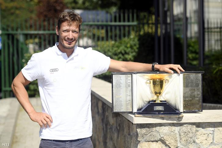 Berecz Zsombor a dániai vitorlázó-világbajnokságon aranyérmet nyert vitorlázó a versenyt értékelõ sajtótájékoztatón a Magyar Sport Házában.