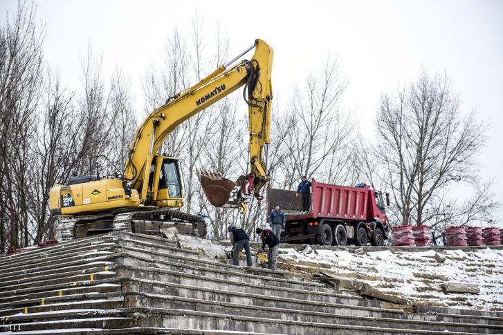 Munkagép dolgozik a székesfehérvári Sóstói Stadion bontásán 2016. január 6-án.