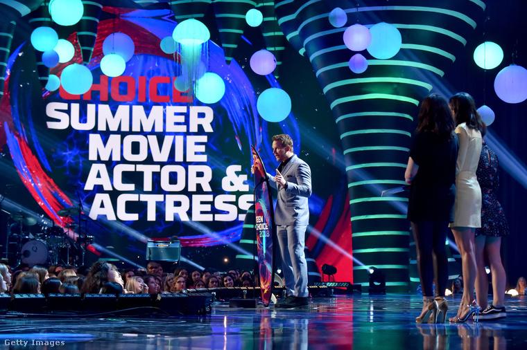 Efron után egy újabb ismerős arc: Chris Pratt a színpadon.