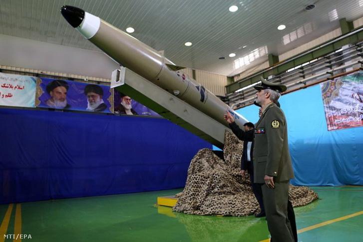 Amír Hatami iráni védelmi miniszter az új típusú, rövid hatótávolságú ballisztikus rakéta teheráni bemutatóján 2018. augusztus 13-án.