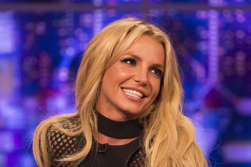Fehérneműben lépett színpadra Britney - Csillogó bugyiját is megmutatta