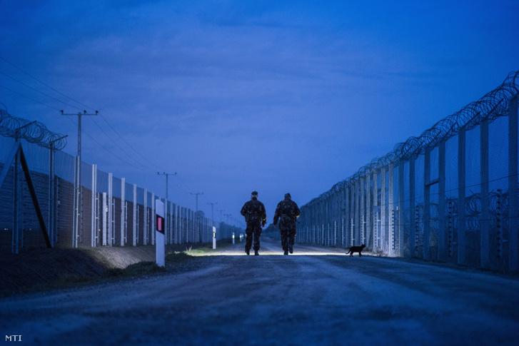 Katonák járőröznek az ideiglenes biztonsági határzár mellett a magyar-szerb határon a Csongrád megyei Kübekháza közelében 2018. március 30-án.