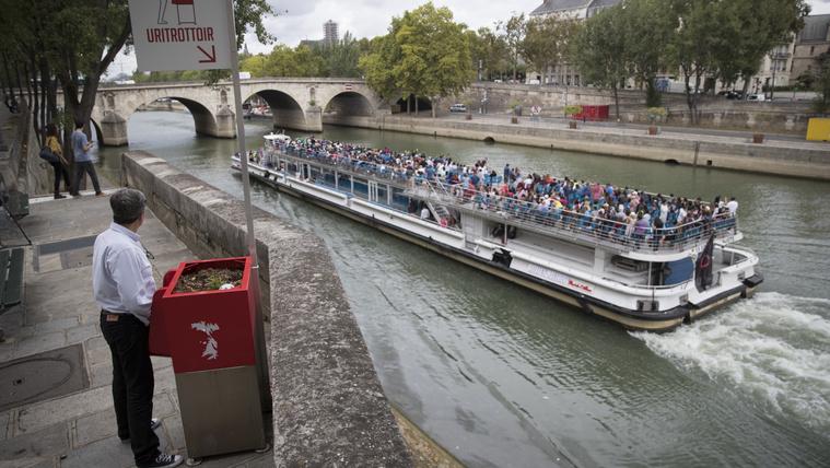 Tűzpiros utcai piszoárok miatt tombolnak Párizs lakosai