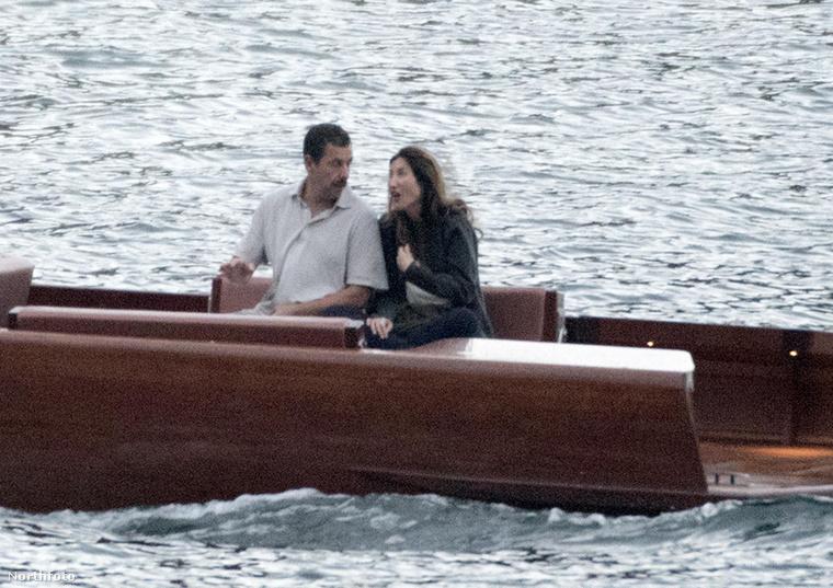 Ők Adam Sandler és a felesége.                         Sandler egyébként a kellemest a hasznossal köti össze, hiszen eredetileg nem romantikázni érkezett a tóhoz, hanem dolgozik.