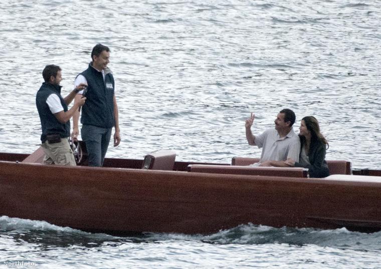 Itt pedig máris egy másik szerelmespár ringatózik a vízen