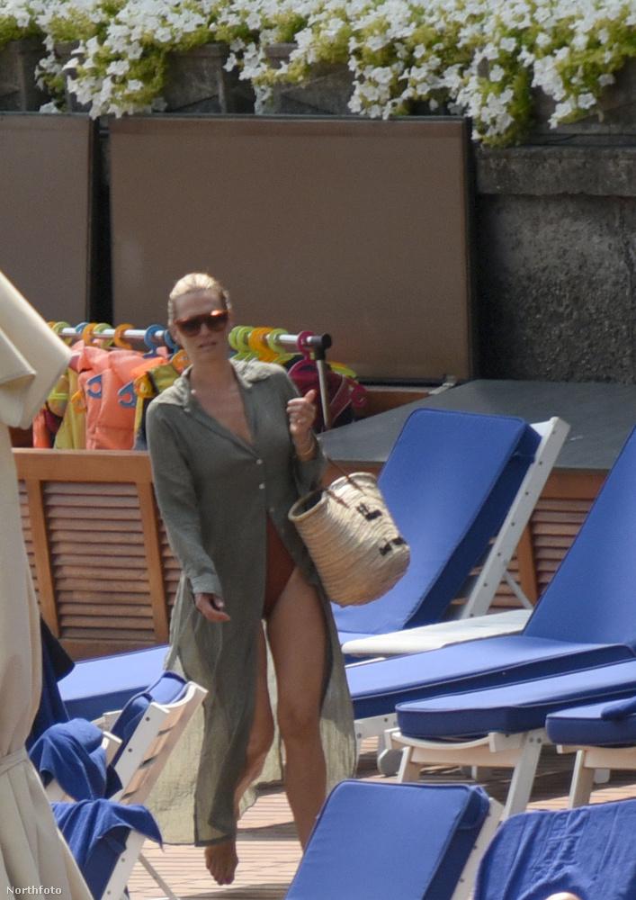Ő Molly Sims modell, aki a férjével nyaralgaott a Comói-tónál