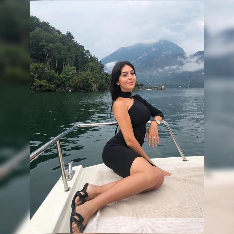 A focista barátnőjét egyébként Georgina Rodrigueznek hívják, nemrég adott életet az első gyermeküknek, és ilyen cukin szurkolt a vb-n.