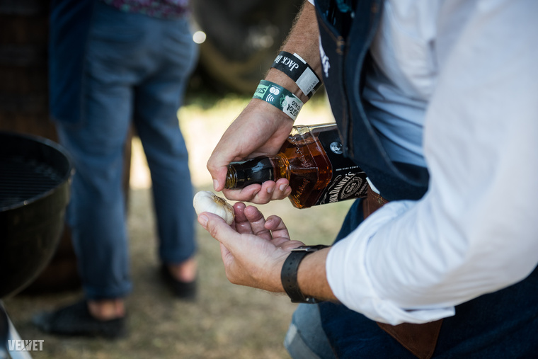 Először is egy grillezési tipp egy színésztől: az ételkészítés közben Anger Zsolt whiskey-vel locsolt be pár fej fokhagymát, és így tette fel őket a grillrácsra