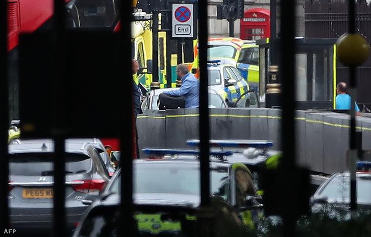 Rendőrök dolgoznak a helyszínen, a brit Parlament előtt, ahol egy autó az épületet védő betonelemeknek csapódott 2018. augusztus 14-én