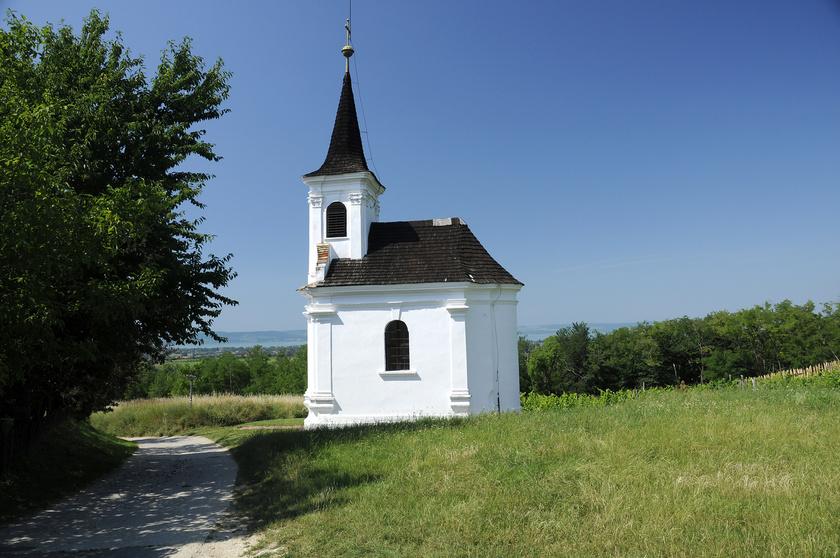 Balatonlelle mellett található a déli part Badacsonyának is nevezett Kishegy. A csaknem 300 méter magas dombról csodás a kilátás a Balatonra, és a környék kiváló bortermő vidék is.