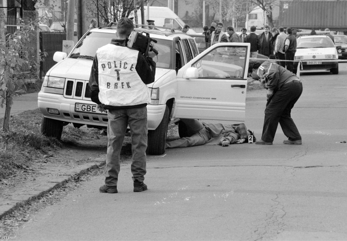 Rendőrök helyszínelnek Prisztás József holtteste mellett a III. kerületi Ladik u. 5. előtt. A férfit november 1-jén 11 órakor egy pisztolylövéssel ölték meg.