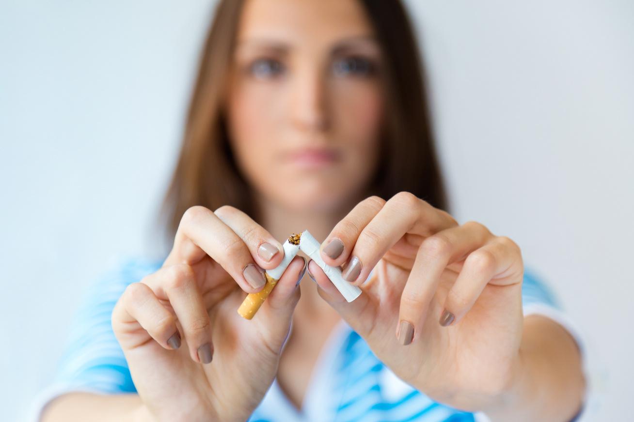Randi egy dohányzó nő