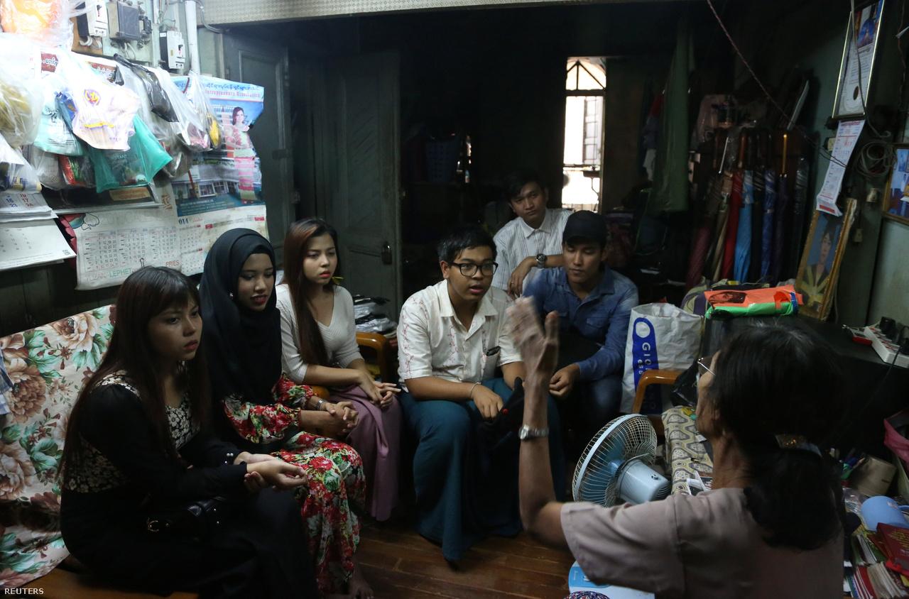 A legnagyobb mianmari városban, Yangonban élő nő a vallási feszültségektől tomboló buddhista országban, muszlim kisebbségiként áll a nyilvánosság kereszttüzében. A fotón éppen középiskolai barátaival látogatják volt tanárukat Yangonban.