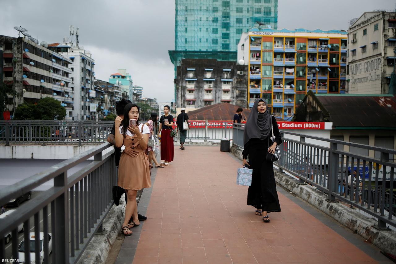A 60 milliós Mianmarban (korábban: Burma) a lakosságnak mindössze öt százaléka muszlim, üldöztetésük egyre súlyosabb formákat ölt, írja a Reuters. Az ország főként a rohingya muszlimokkal kapcsolatos borzalmak miatt szerepel a hírekben. A rohingyák elleni etnikai tisztogatások ellen az ENSZ is fáradhatatlanul küzd, a 19 éves beauty blogger egészen más eszközökkel: sminkvideókkal igyekszik elismertséget kivívni közösségének.