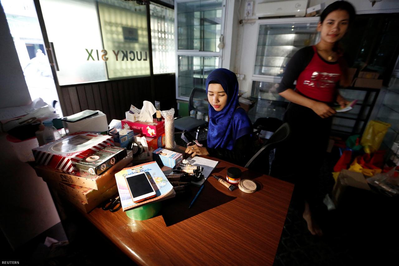 A Burmai Emberijogi Hálózat tavalyi jelentése szerint a muszlim mianmariak nem kaphattak személyi azonosító dokumentumokat és nem gyakorolhatták szabadon vallásukat. Ebben a helyzetben a muszlim Vin Le Fju Szin szépségblogja túlmutat a sminktanácsokon, írja a Reuters.