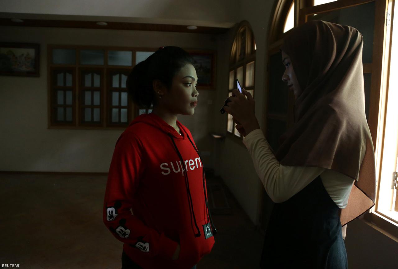 Vin Le Fju Szin egy diáklányt tanít sminkelni, előtte lefotózza, hogy együtt elemezzék ki a bőrtípusát és színeit.