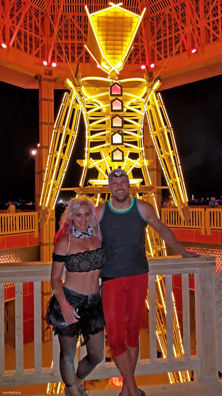 Ez a kép a Burning Man nevű fesztiválon készült, ahol létezik orgiasátor is