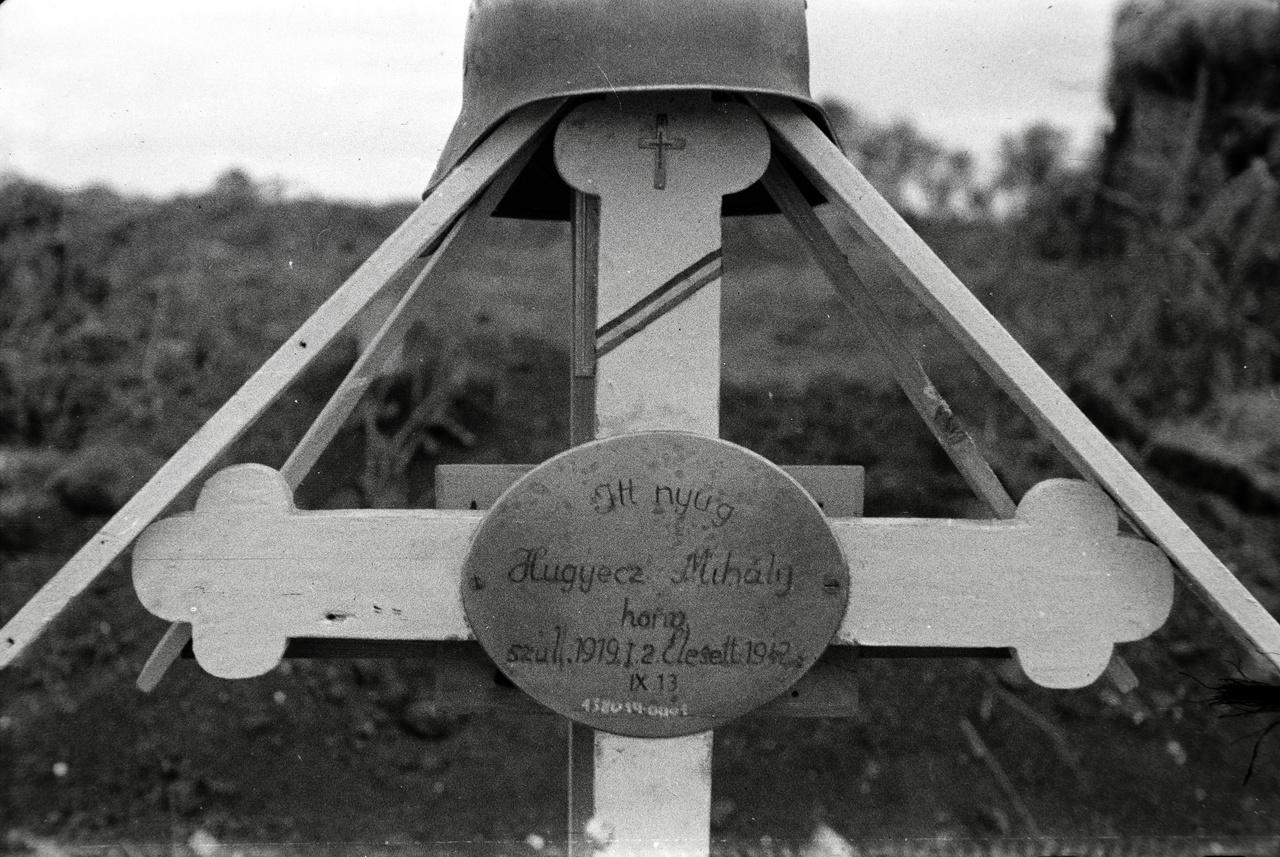 A második világháborúban a keleti fronton esett el a legtöbb magyar katona.                         Magyarország német kérésre nagyjából kétszázezer fős, főleg gyalogosalakulatokból álló, rosszul felszerelt hadsereget küldött. A 2. magyar hadsereg 1942 nyarának végén érkezett meg a Voronyezstől délre, a Don mentén meghatározott 200 kilométer hosszú frontvonal védelmére.                         A Fortepanra nemrég felkerült Miklós Lajos-hagyaték több oroszországi magyar katonai temetőt dokumentál. Hugyecz Mihály honvéd sírja az oszkinoi temetőben volt, a  huszonhárom éves fiú a 2. magyar hadsereggel jutott el a Don-kanyarba. Az oszkinoi temetőben a születési és a halálozási évet is feljegyezték a fejfára, ennyi információval már szinte biztos találatra számíthattunk a hadisir.hu-n: a fennmaradt veszteségi karton szerint az 1942 szeptemberében elesett parasztfiú haslövést kapott, és édesanyját két hónappal később értesítették haláláról.