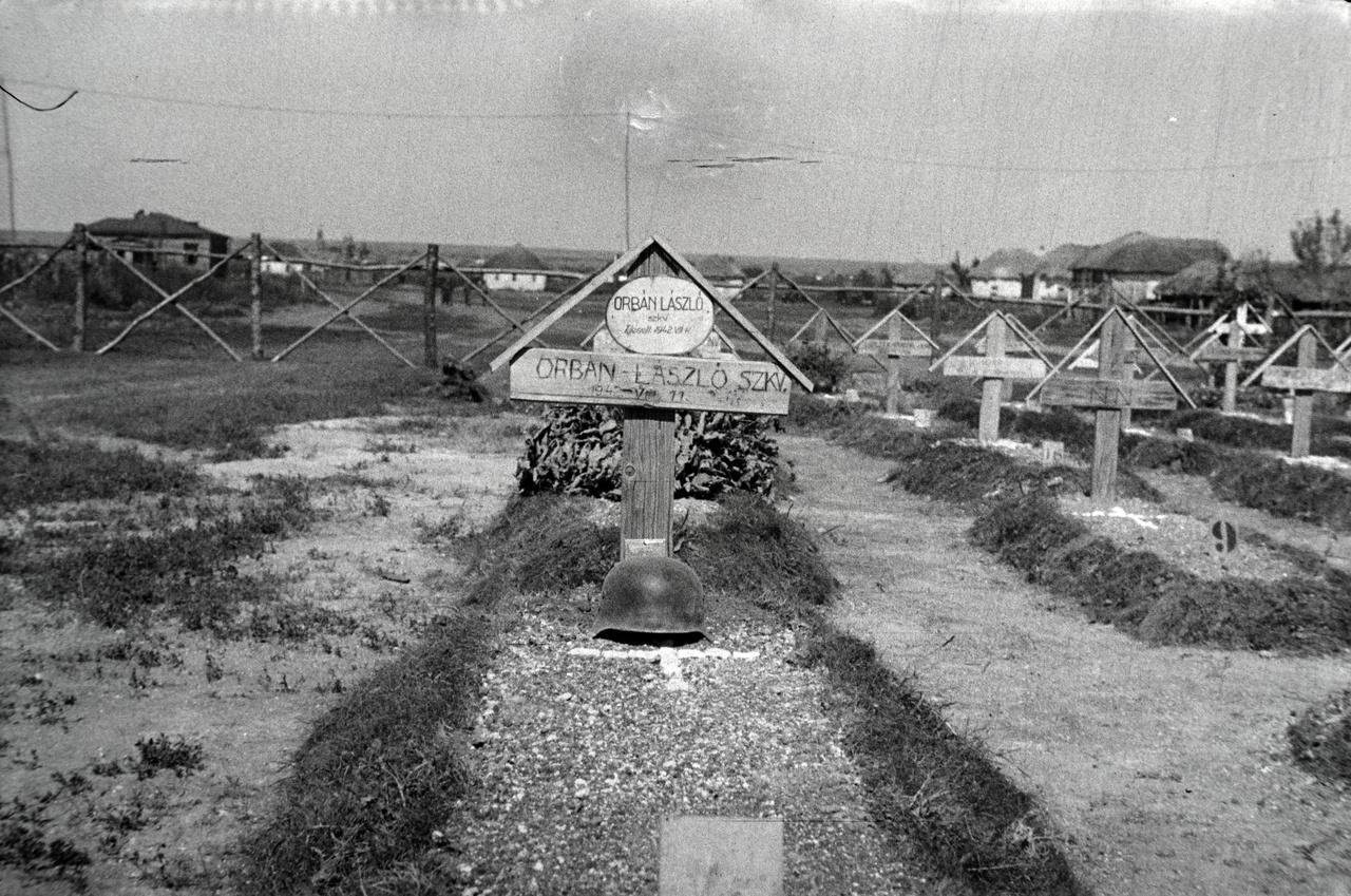 A jeszdocsnajai temetőben közel hatvan katonának volt sírja, a főleg húsz-huszonöt éves honvédek többségével lövés végzett.  A temetőben négy kmsz., vagyis közmunkaszolgálatos is helyet kapott. A munkaszázadokról nem teljesen meglepő módon nem maradt fenn iratanyag, csupán az elhurcoltak neveit őrzi a keleti magyar hadműveleti területeken elszenvedett veszteségeiről szóló  Nevek című kiadvány.