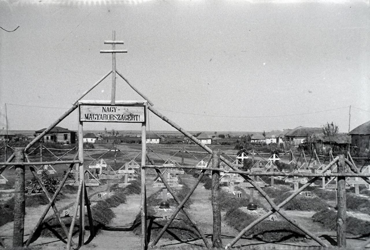 """Ami történt, """"Nagy Magyaroszágért!"""" történt. A jeszdocsnajai temető az iskola mellett, a Korotojak felé vezető út mentén állt, és a település szélén volt egy kisebb, tizenegy sírból álló sírkert is. A második világháborús hősi halottakról nyomtatásban megjelent Béke poraikra című könyv leírása szerint a közeli korotojaki hídfőcsaták 1942. augusztus 7. és 20. közötti időszakának halottai nyugodtak itt, főleg kaposvári, kecskeméti és kiskunfélegyházi zászlóaljak katonái."""