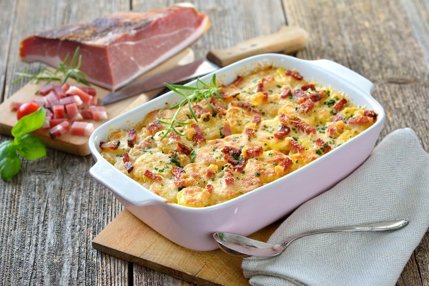 Készítheted a rakott krumplit hagyományosan, tojással, kolbásszal, de érdemes kipróbálni újabb változatokat. Darált hússal, tejszínnel, esetleg sok baconnel is nagyon ízletes és kiadós lesz. A tetejére pedig reszelt sajtot is szórhatsz.