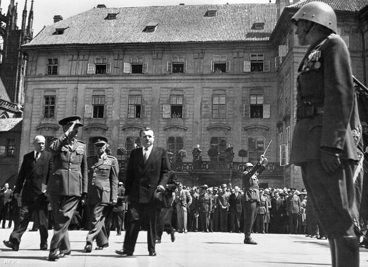 Az újonnan megválasztott Klement Gottwald megtekinti a díszőrséget, 1948 június 15.-én Hradcany Kastély, Prága.