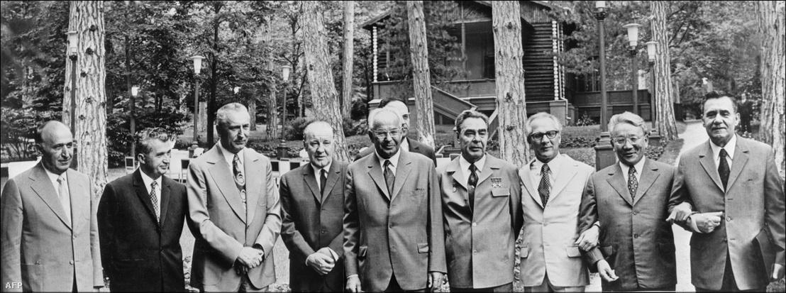 A kommunista országok és a varsói paktum tagjai (Mongólia kivételével) 1973 júniusában gyűltek össze a szovjet vezető Leonid Brezsnyev meghívására a Fekete-tenger partján. Balról jobbra: Todor Zsivkov miniszterelnök és bolgár elnök (1962-1971, 1971-1989), Nicolae Ceausescu román elnök (1974-1989), Edwards Gierek, a lengyel Kommunista Párt első titkára (1970-1980), Kádár János magyar miniszterelnök (1956-1988) és a kommunista párt első titkára (1956-1988), Gustáv Husák csehszlovák elnök (1975-89), Leonyid Brezsnyev szovjet pártfőtitkár, Erich Honecker a Kelet-Németország Államtanácsa elnöke, Yumsjhagiin Tsedenbal mongol és Alekszej Nyikolajevics Koszigin szovjet miniszterelnök (1964-80).