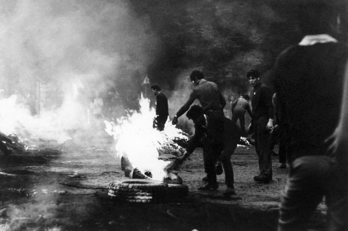 1968 augusztusában a tüntetők gumikat égettek az utcán, miután a Varsói Szerződés szövetséges csapatai bevonultak Prágába.