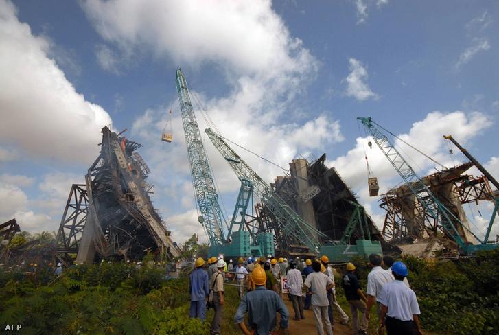 A felújítás alatt lévő Can Tho híd romjai, miután darabjaira hullott 2007-ben