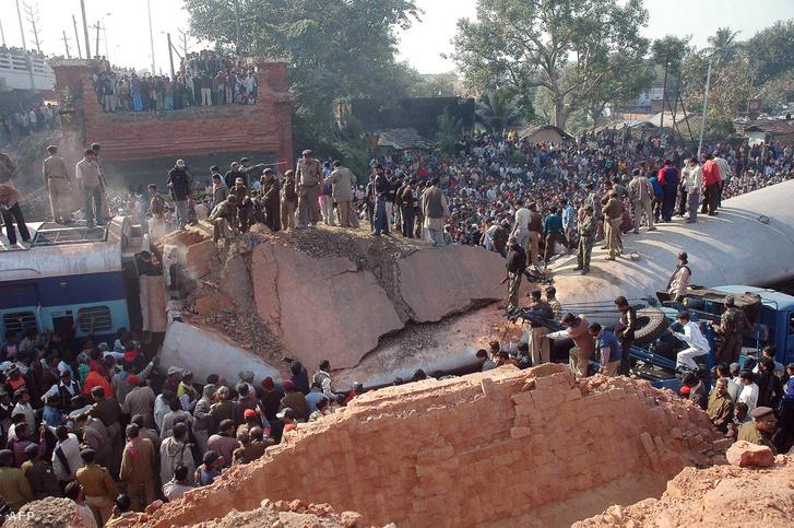 2006-ban Bhagalpurban egy gyaloghíd omlott rá egy éppen közlekedő vonatra