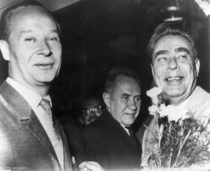 Alexander Dubcek (1921-1992) (balra) csehszlovák kommunista párt első titkára, Alekszej Koszigin orosz miniszterelnök (1904-1980) (középen) és Leonid Brezsnyev (1906-1982) (jobbra) orosz főtitkár, Pozsonyban