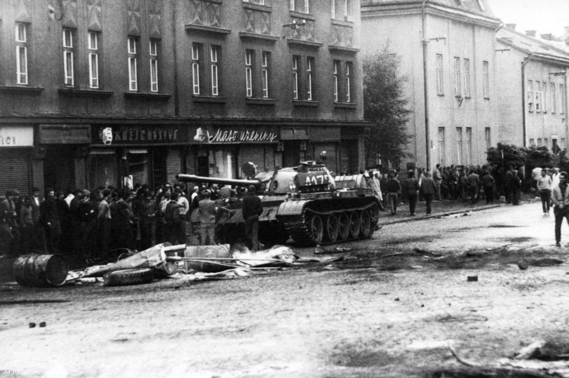 Szovjet tankok tiporják el a prágai tavaszt.